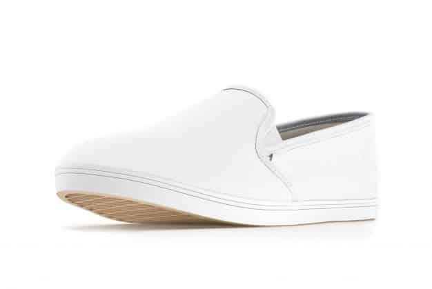 Slip on sneakers adalah model sepatu yang mudah dipakai